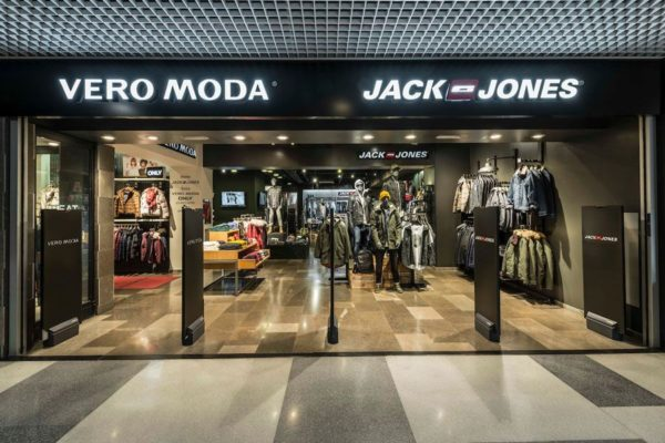tienda-jack-jones-illa-carlemany-via-moda-exterior